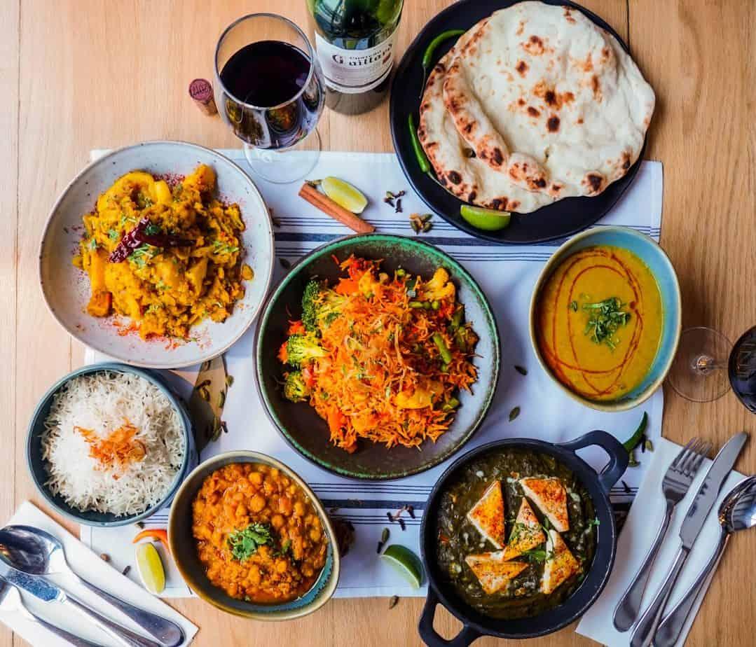 La Boîte-Repas La SEMAINE INDIENNE végétarienne contient 5 repas végétariens pour 2 personnes incluant Saag Paneer, Aloo Gobi, Daal Tarka, Chana Masala et Biryani aux Légumes; le tout accompagné de riz et pain Naan