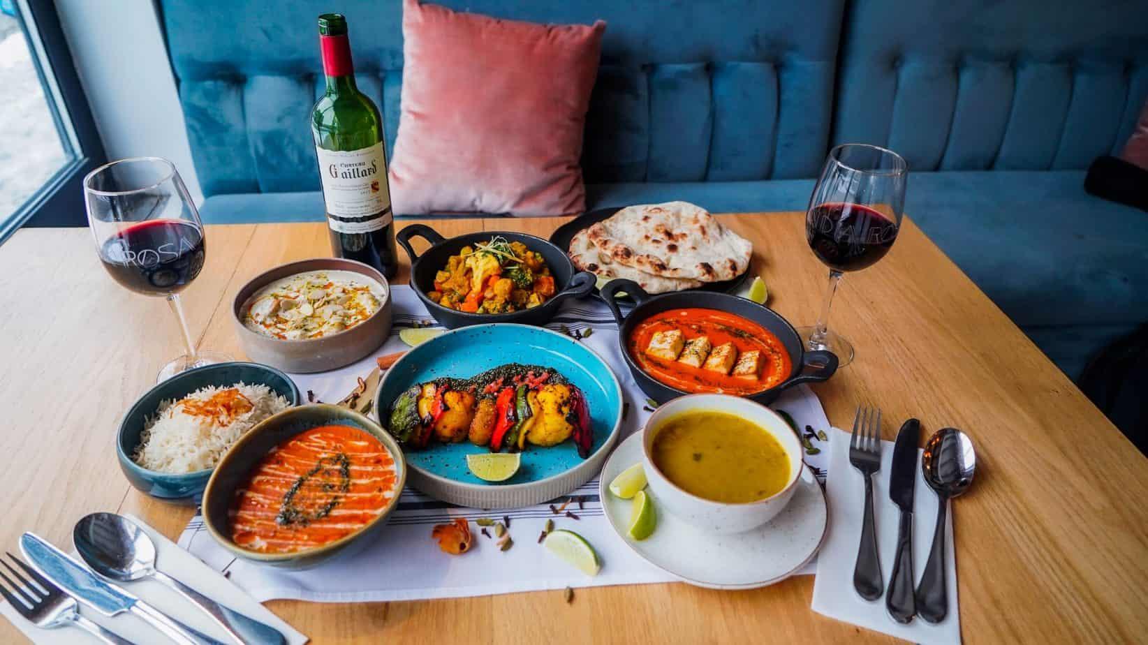 India Rosa vous offre sa Boîte-Repas FESTIVE végétarienne incluant soupe Daal Tarka et légumes Tandoori en entrée; suivi de Paneer au Beurre, Daal Makhani, Malai Kofta et légumes Masala; le tout accompagné de riz, pain Naan, dessert et d'une bouteille de vin
